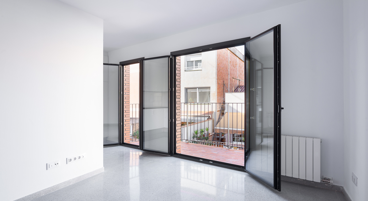 Interior habitatge, vista a balconera, carrer Josep Masgrau, 3 habitatges a Cornellà de Llobregat