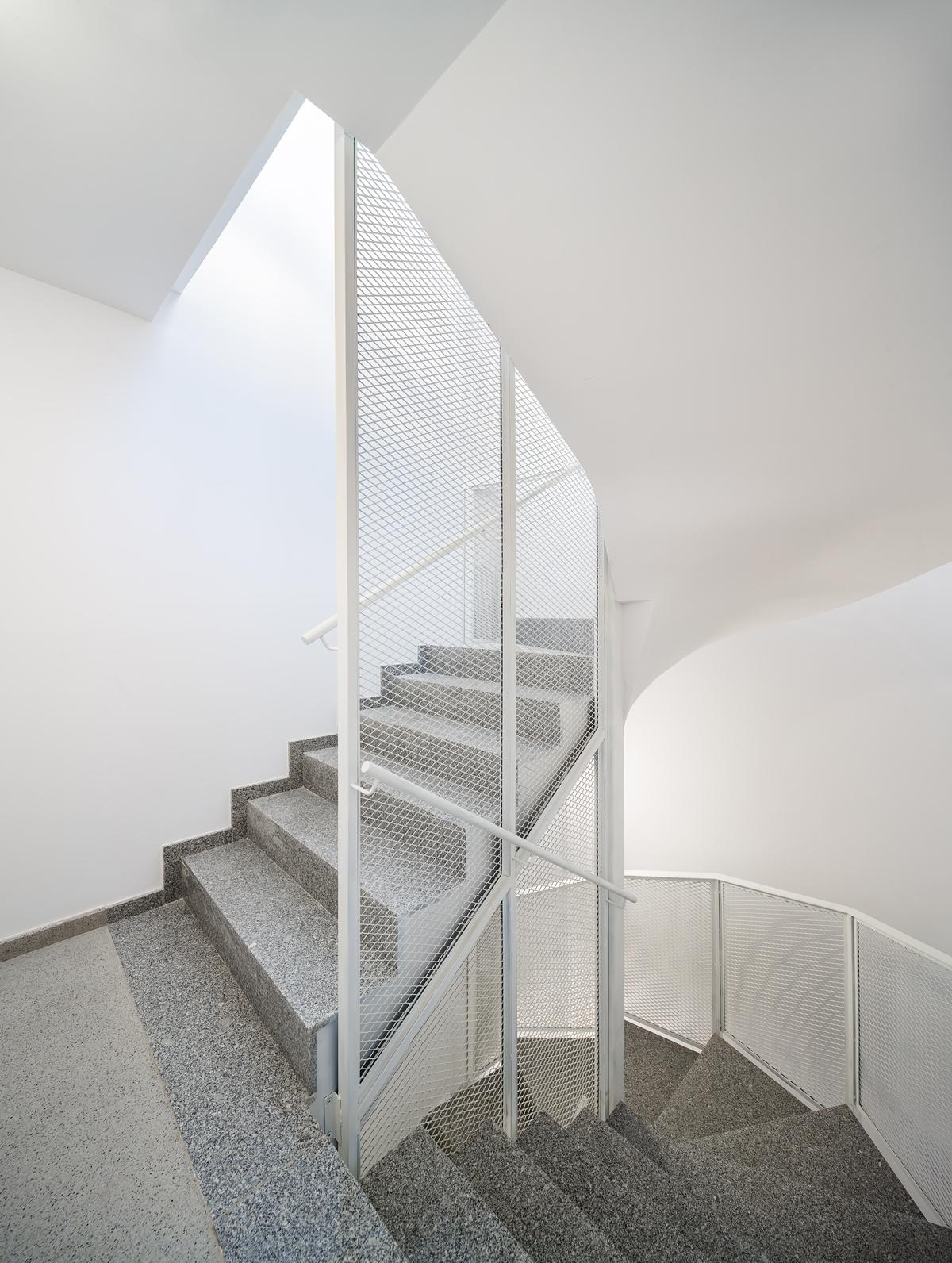 Escala, espais comuns, carrer Josep Masgrau, 3 habitatges a Cornellà de Llobregat