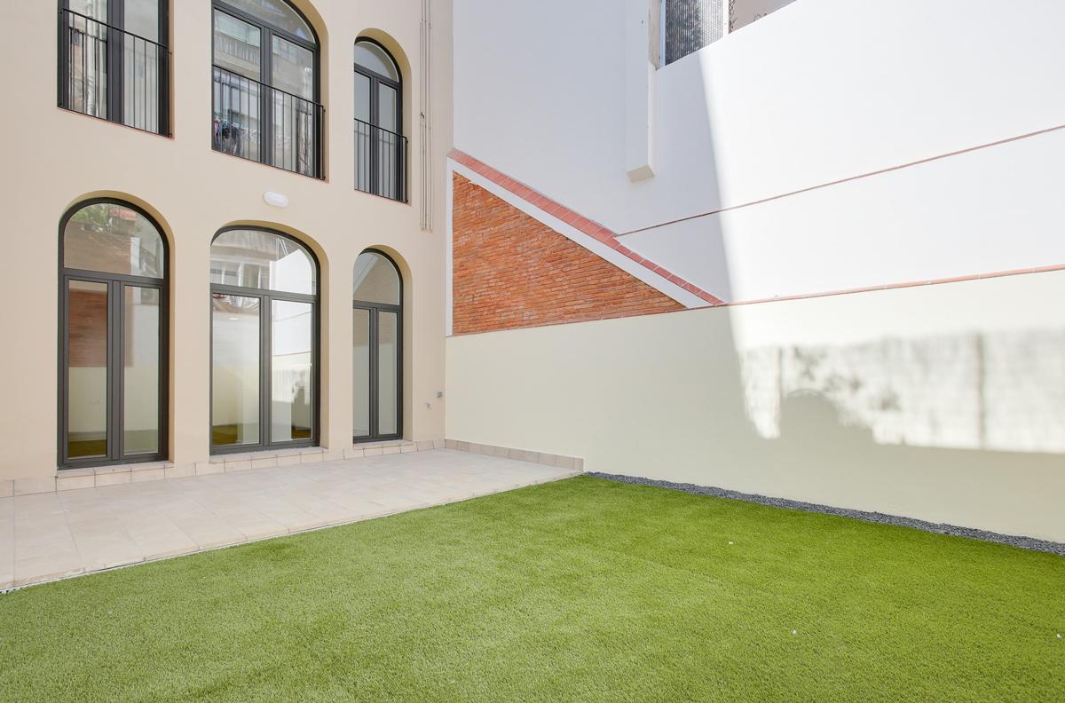 vista del pati interior d'illa, 5 habitatges al carrer Guilleries Barcelona