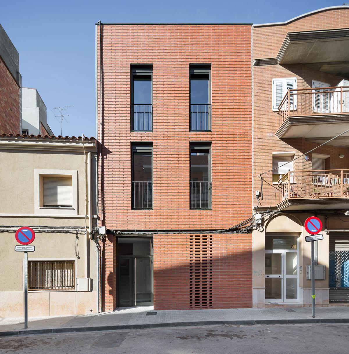 Façana principal, carrer Josep Masgrau, 3 habitatges a Cornellà de Llobregat